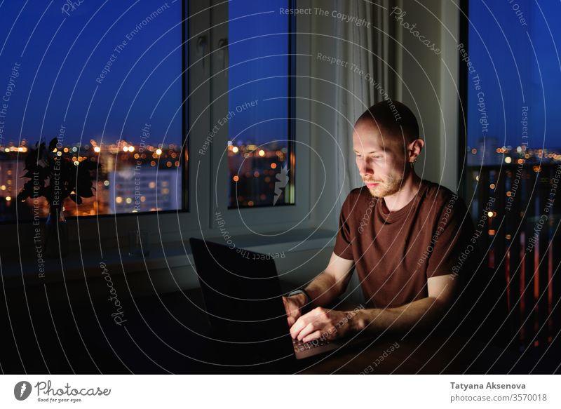 Mann arbeitet nachts von zu Hause am Laptop arbeiten heimwärts Nacht Business Computer Internet Notebook Schlafstörung Sucht Drahtlos Mitteilung dunkel Sitzen