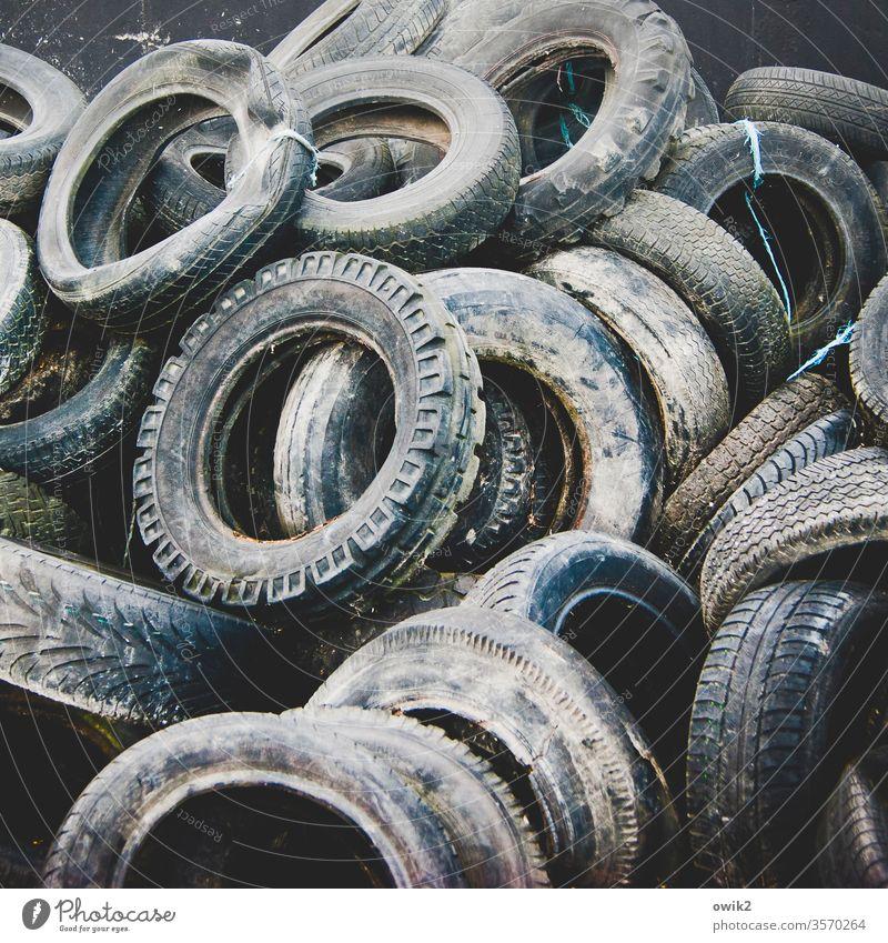 Gummiringe Autoreifen alt Müll Abfall abgenutzt Recycling dreckig Kunststoff Sammelsurium viele Sammelstelle Umweltverschmutzung Container Müllbehälter