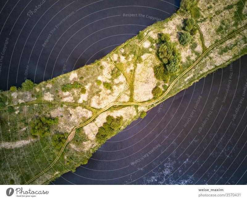Ländliche Feldwege auf Wiese. Büsche, Bäume am Ufer des Dnipro Fluss Antenne Insel Natur Ansicht Wasser Landschaft Top Hintergrund Dröhnen Baum im Freien grün