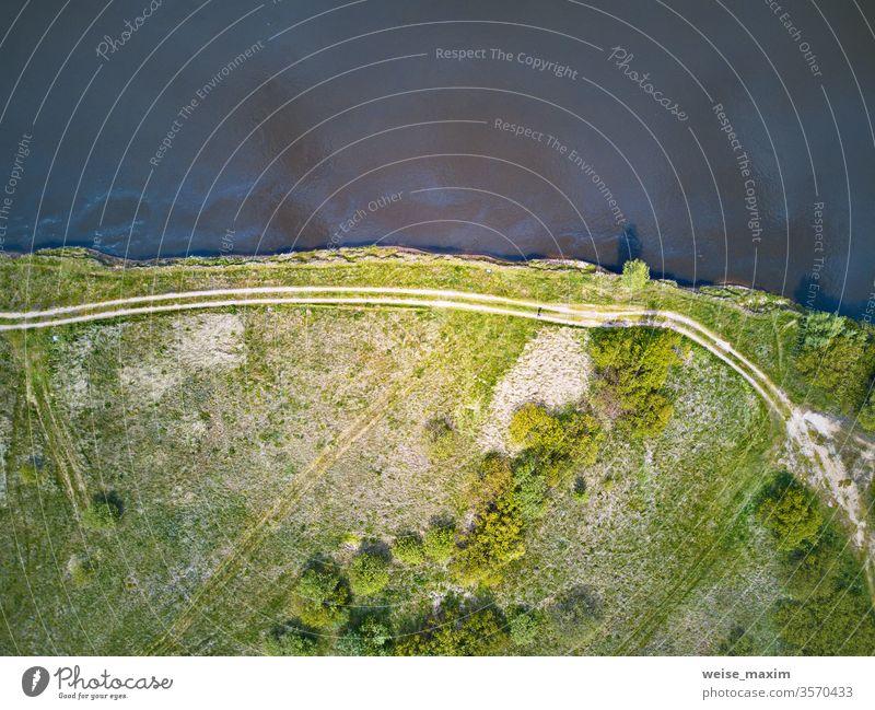 Insel im Fluss Dnepr. Luftaufnahme von oben. Antenne Natur Ansicht Wasser Landschaft Top Hintergrund Dröhnen Baum im Freien grün reisen ländlich malerisch