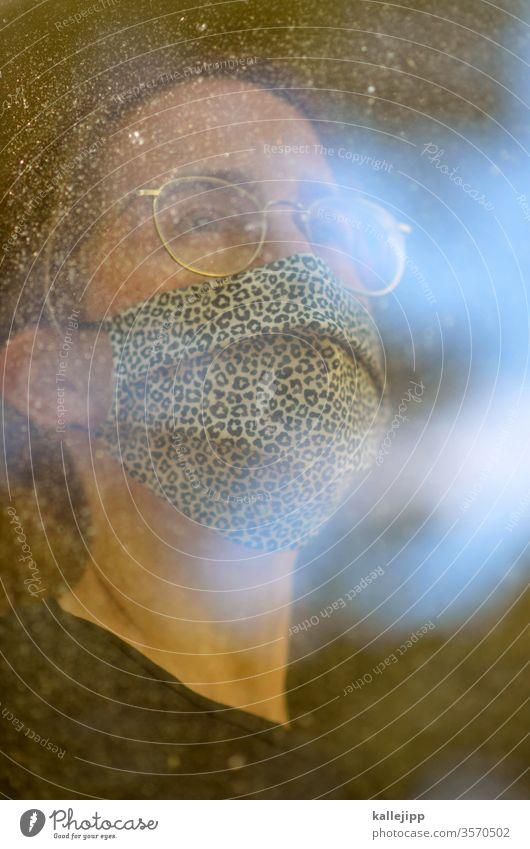 Frau mit Atemschutzmaske am Fenster Maske Mensch bedrohlich Angst 1 Porträt Schutz Erwachsene Mundschutz Virus Pandemie Coronavirus Grippe Gesundheit Krankheit