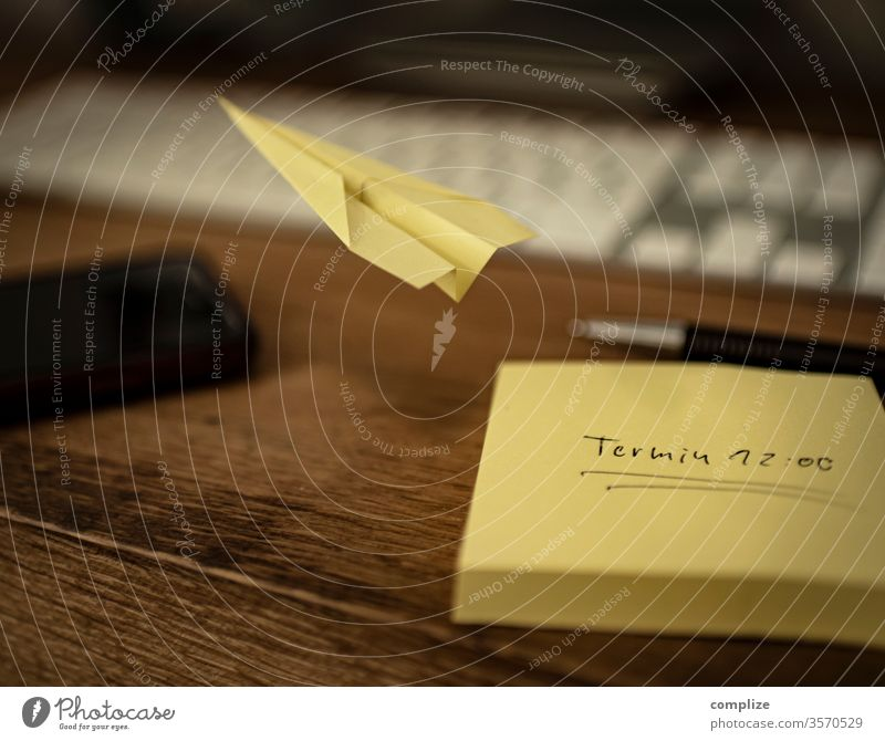 Urlaubsreif Papierflieger urlaubsreif post it wegfliegen Ferien & Urlaub & Reisen Pause Meeting Büro office Nachricht errinnerung Basteln Stress Burnout