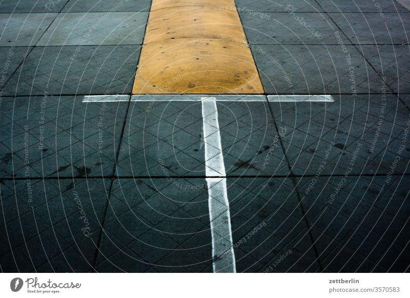 Parkplatzmarkierung berlin flughafen flugplatz menschenleer tegel textfreiraum txl verschwommen fahrbahnmarkierung linie parkplatz poller schwelle bürgersteig