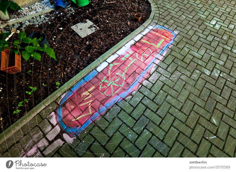 Fahrradparkplatz für Lia altbau illustration kreidemalerei reservierung markierung fahrradabstellplatz außen haus hinterhaus hinterhof innenhof innenstadt mauer