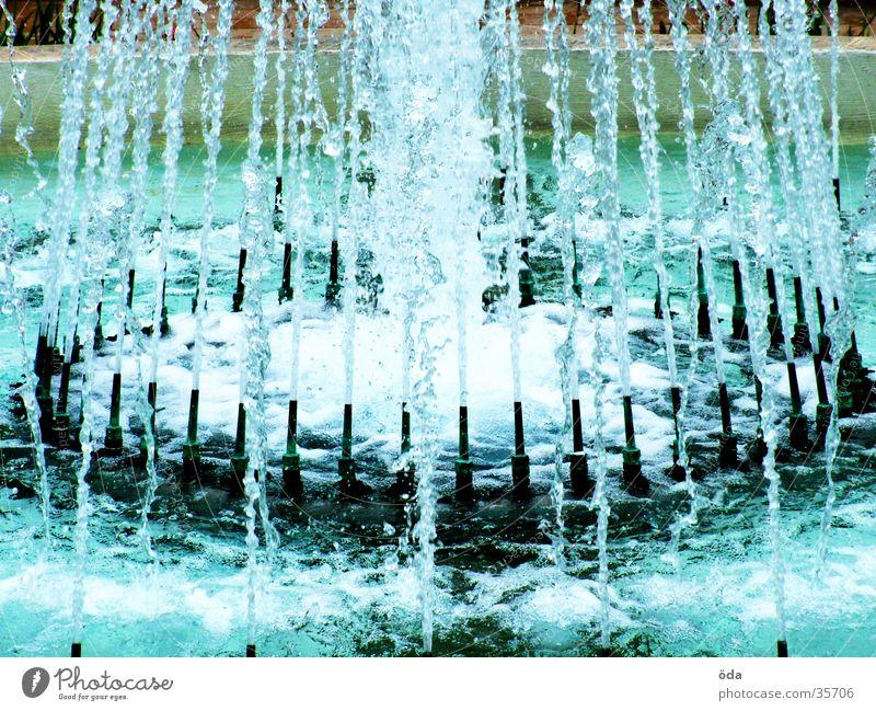 Wasser und mehr Wasser Brunnen Springbrunnen Strahlung nass Architektur spritzen Wassertropfen Düsen