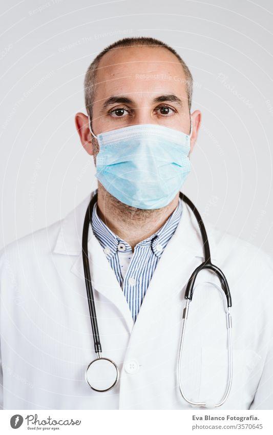 Nahaufnahme eines Arztes mit Schutzmaske, Handschuhen und Stethoskop. Coronavirus Covid-19-Konzept Porträt Mann professionell Corona-Virus Krankenhaus arbeiten