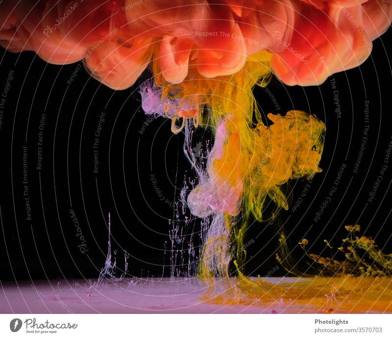 Wasserspiel mit gelber, pinker und oranger Farbe auf schwarzem Hintergrund Farbenspiel Hintergrundbild Kunst Strukturen & Formen Farbfoto abstrakt leuchten