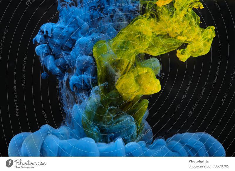Wasserspiel mit gelber und blauer Farbe auf schwarzem Hintergrund Farbenspiel Hintergrundbild Kunst Strukturen & Formen Farbfoto abstrakt leuchten mehrfarbig