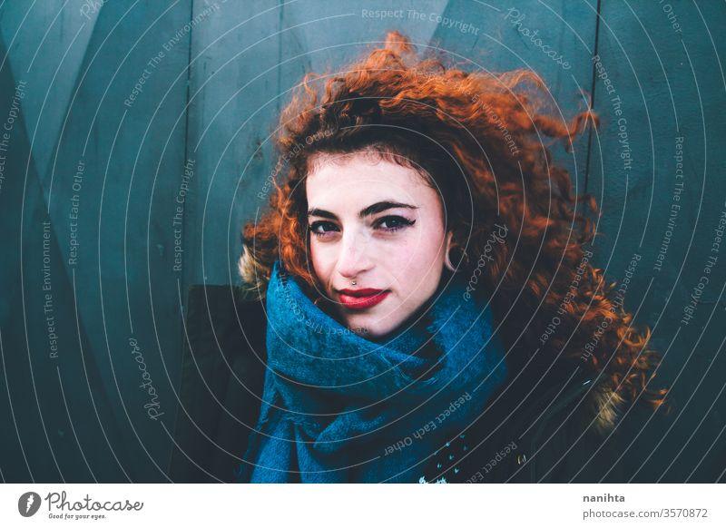 Wunderschönes Porträt einer attraktiven rothaarigen Frau in Winterkleidung Rotschopf hübsch Gesicht Jugend Lifestyle krause Haare Ingwer Schal warm Model trendy
