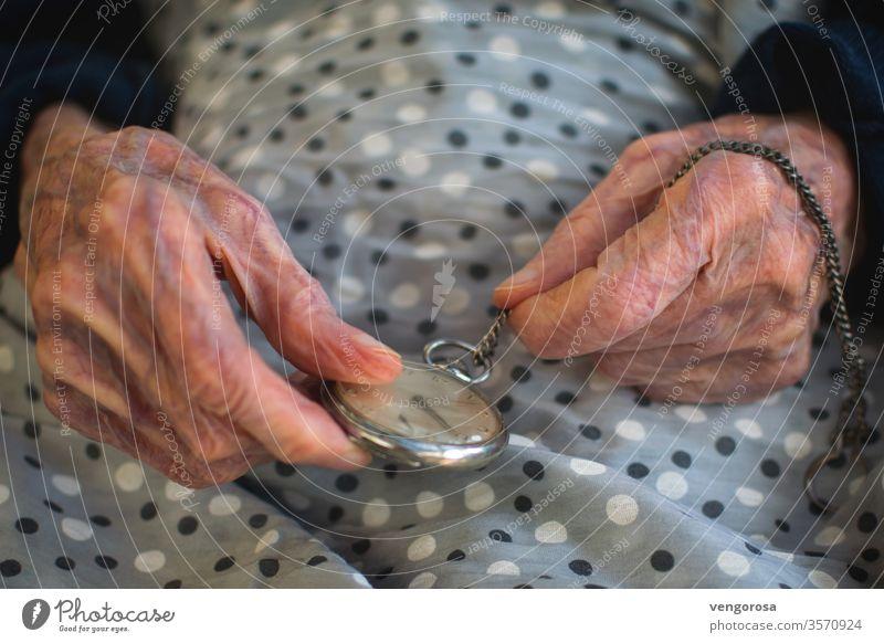 Antike mechanische Taschenuhr in einer älteren Frau mit faltigen Händen älterer Mensch alte Frau Zeit Erinnerungen alte mechanische Uhr Falte Altenpflege