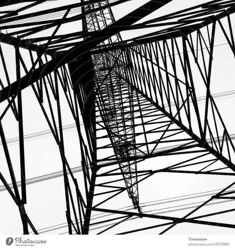 Unter dem Strommast stehen und sich das da oben im Quadrat vorstellen Mast Metall Konstruktion Himmel Technik & Technologie Energiewirtschaft