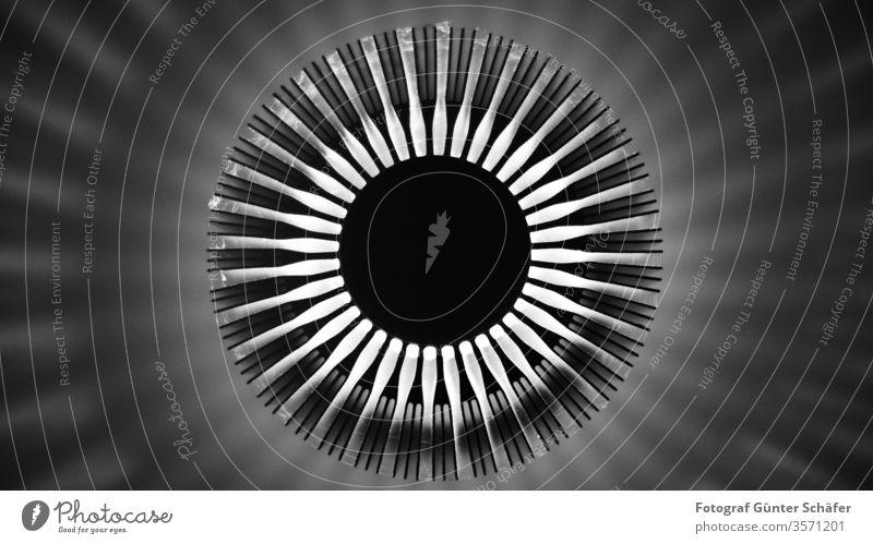 eingeschaltete Lampe modern Licht Strahlen Schatten Schattenwurf schwarz weiß abstrakt rund