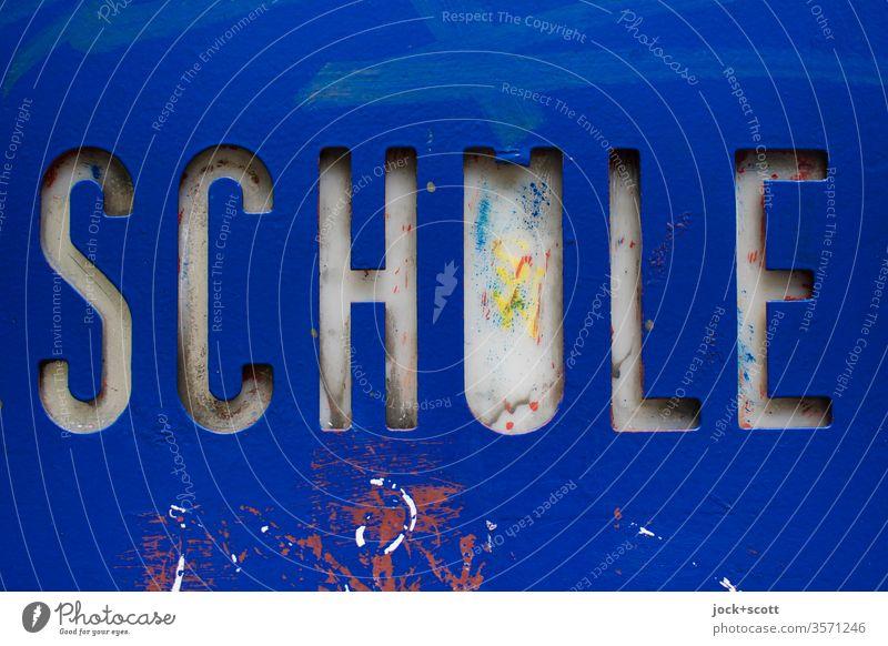 Schule im festen metallischen Rahmen Schilder & Markierungen Wort nah Hintergrund neutral blau Typographie dreidimensional Großbuchstabe ausgeschnitten Design