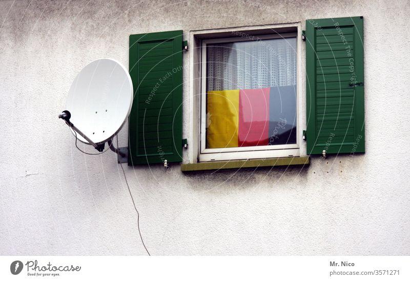Deutschlandfunk Satellitenantenne Telekommunikation Entertainment empfangsbereit Empfangsstation Bundesrepublik Deutschland Germany Deutschlandflagge