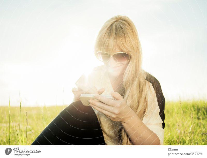 Summerfeeling VI Lifestyle Ferien & Urlaub & Reisen Handy feminin Junge Frau Jugendliche 18-30 Jahre Erwachsene Umwelt Landschaft Wolkenloser Himmel Sonne