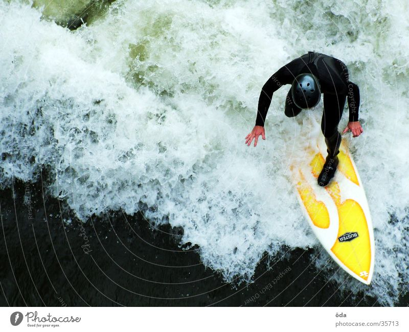 Mur-Surfer Wellen Surfbrett Neoprenanzug Helm Graz Sport Wasser Surfen