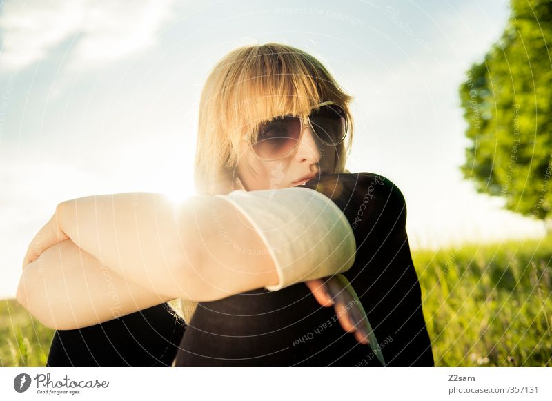 Summerfeeling VII Himmel Jugendliche Ferien & Urlaub & Reisen Sommer Sonne Baum Erholung Einsamkeit Landschaft ruhig Junge Frau Erwachsene Wiese feminin 18-30 Jahre Gras