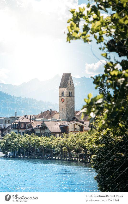 Blick auf Kirche in Interlaken (Schweiz) Tourismus Fluss Baum Außenaufnahme Farbfoto Menschenleer Tag Ferien & Urlaub & Reisen Ausflug Sommer Landschaft Berge