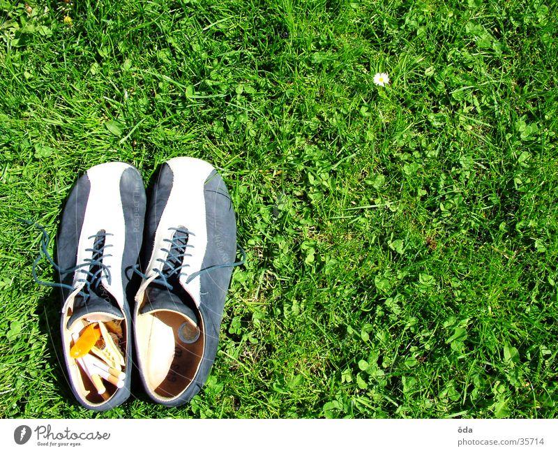 Schuhe links unten #2 grün Wiese Gras gehen obskur Zigarette