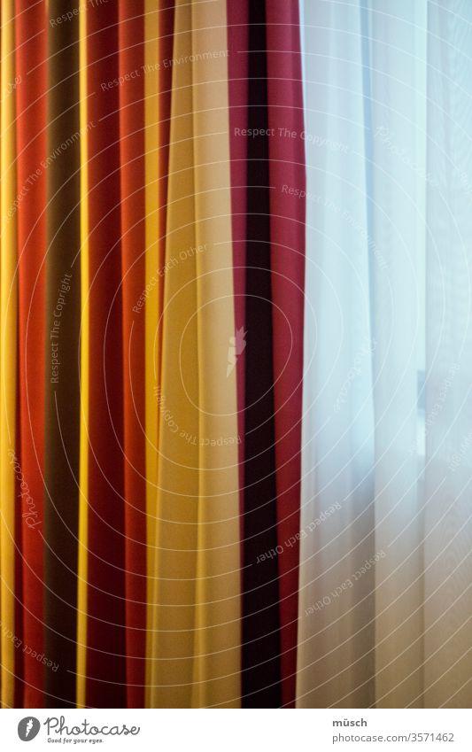 Fenstervorhang und Gardine rot schwarz weiß gelb Durchblick Dekoration Zierde Theater Vorhang Falten Textilien Wohnung Raffung Schmuck Opulenz Verzierung Epoche