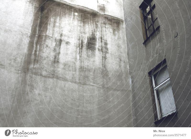 Tristesse im Hinterhof grau trist Hinterhaus Fenster mietshaus dreckig alt wohnhaus wohnen stadt altbau mehrfamilienhaus fassade Architektur Gebäude Fassade
