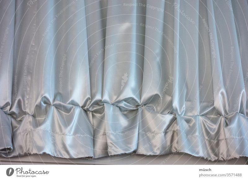 Rüschenvorhang grau blau Seide Zierde Theater Vorhang Boden Volant Falten Textilien Wohnung Raffung Schmuck Opulenz Glanz Naht Verzierung Epoche Mode