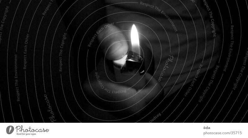 u've got a light? Feuerzeug Licht Hand Daumen anzünden brennen obskur Brand Wärme