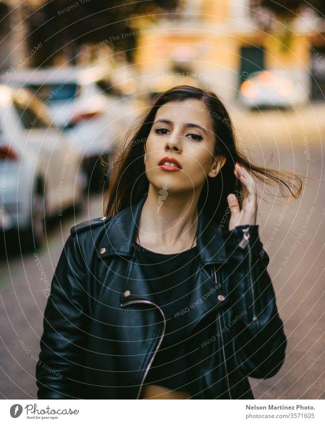 Porträt eines niedlichen Modells in Jeansjacke. Bokeh Lichter brünett Gesicht trendy natürlich echte Menschen Außenaufnahme Einsamkeit Kleid Junge Frau schön