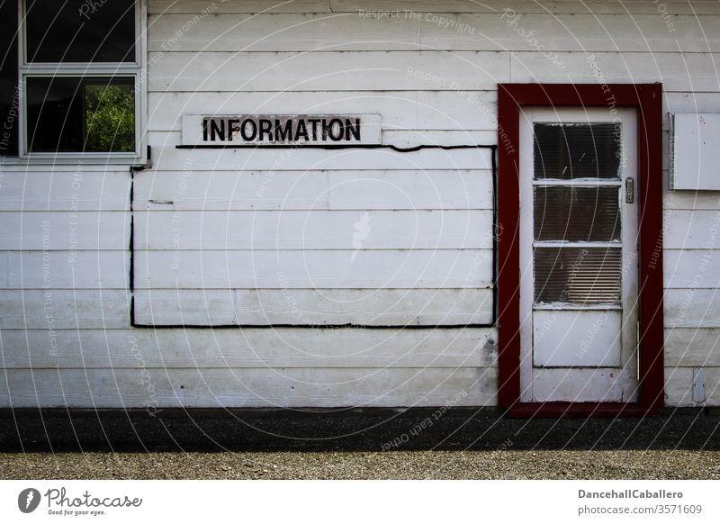 Holzwand mit Schild Information Beratung Mitteilung informieren Schilder & Markierungen Hinweisschild Schriftzeichen Wand Tür Fenster Kommunizieren erfahren