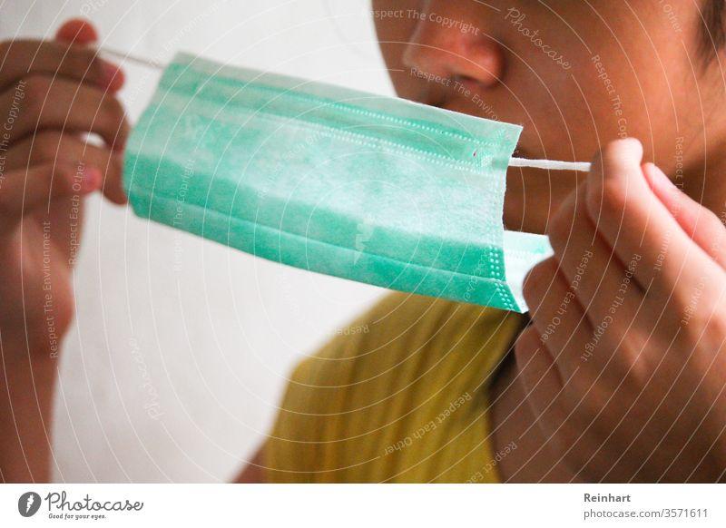 Schutz des Körpers Umweltschutz Farbfoto Umweltverschmutzung Tag Gesichtsmaske Mundschutz covid-19 Coronavirus Korona Grippe Teenager zu Hause bleiben