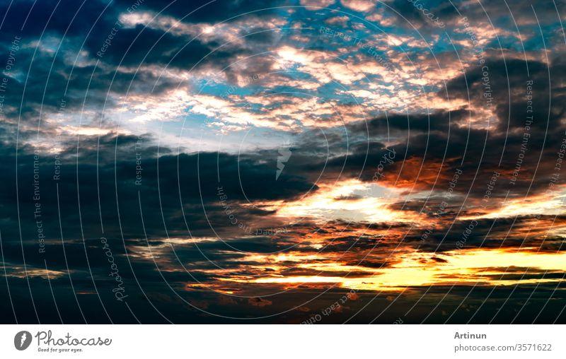 Wunderschöner Sonnenuntergangshimmel. Orange, blauer und weißer Himmel. Farbenprächtiger Sonnenuntergang. Kunstbild des Himmels bei Sonnenuntergang. Sonnenuntergang und Wolken als Inspirationshintergrund. Natur als Hintergrund. Friedliches und ruhiges Konzept.