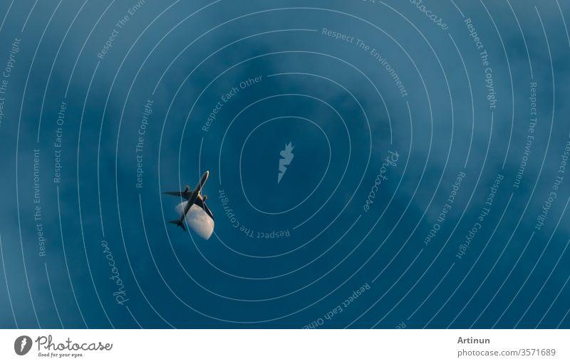 Kommerzielle Fluggesellschaft fliegt bei blauem Himmel und weißen Wolken. Unter Sicht auf das Fliegen von Flugzeugen. Passagierflugzeug nach dem Start oder auf dem Weg zum Landeanflug. Sommerurlaubsreise ins Ausland. Lufttransport.