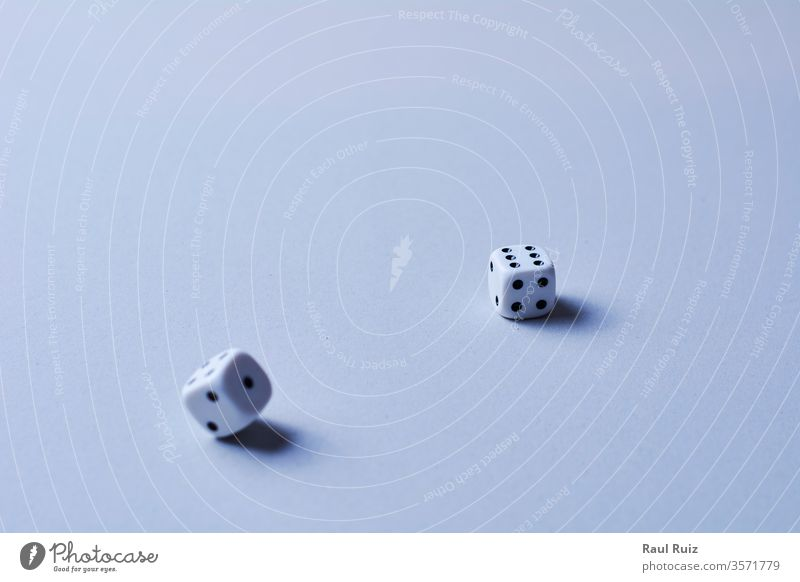 Zwei Würfel in Bewegung, auf weißem Hintergrund, Schreibtisch rollierend die gewinnt Gewinner werfend Chance Wetten Verlust Holz Glück Sucht Entertainment