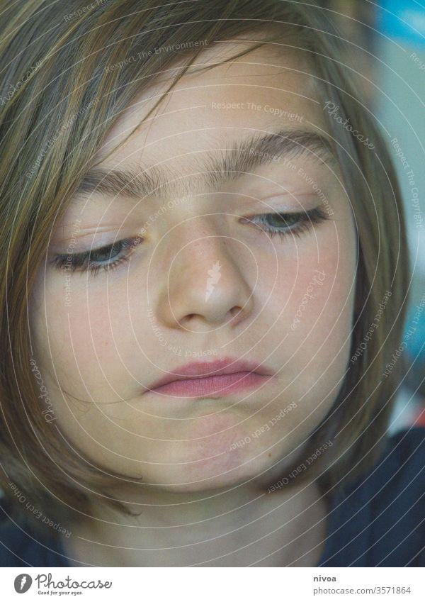 """ein Junge denkt Denken essen Kind Farbfoto 1 Kindheit Blick Lifestyle Porträt Ausdruck Mensch maskulin Gefühle Emotion 8-13 Jahre """"Kind Textfreiraum unten"""