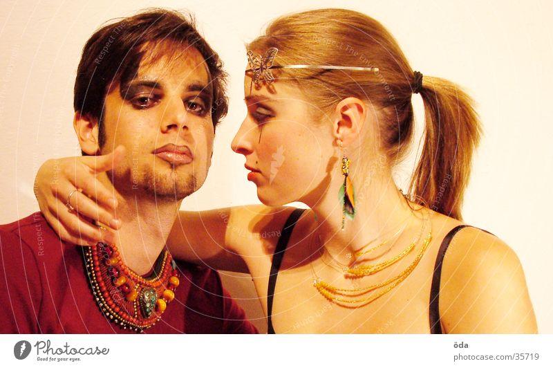 tease me #1 Mensch Paar Kreis Körperhaltung Schmetterling Schmuck Schminke Halskette Ohrringe geschminkt