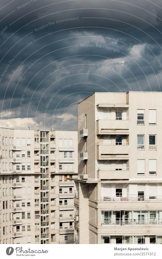 Stürmische Wolken über den Wohngebäuden Appartement Architektur schlecht Gebäude Großstadt Stadtbild Cloud Wolkenlandschaft wolkig Konzept Kondominium Kumulus