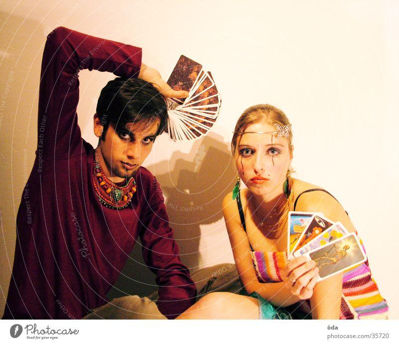 was sprechen die karten? Mensch Paar Körperhaltung Schmuck Schminke Halskette geschminkt Tarot