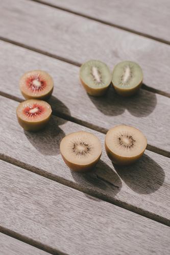 #As# dreifarbige Kiwis auf  Tisch Gesunde Ernährung Nahaufnahme Vegetarische Ernährung Gesundheit Frucht Diät Bioprodukte Außenaufnahme Lebensmittel