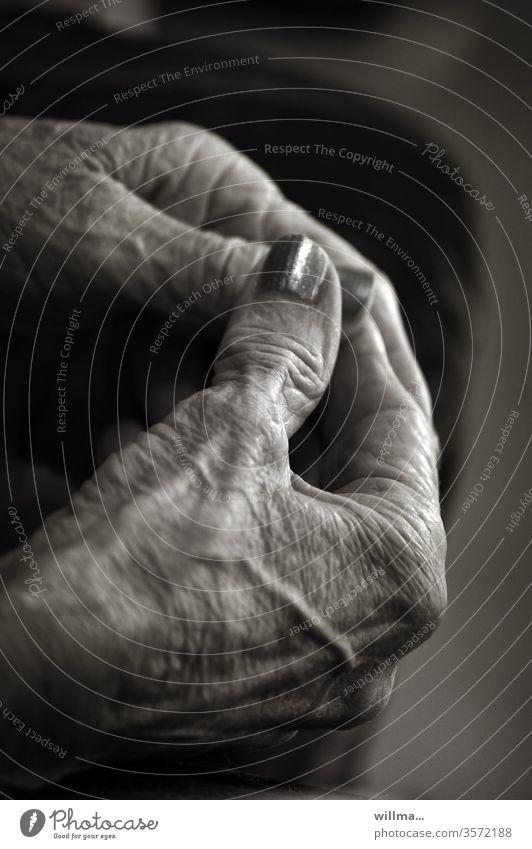 Der Lack ist noch lange nicht ab Hände Alter Seniorin Finger Nagellack Greisin Schwarzweißfoto Lebensspuren alt Frau 60 und älter Weiblicher Senior Faltenwurf