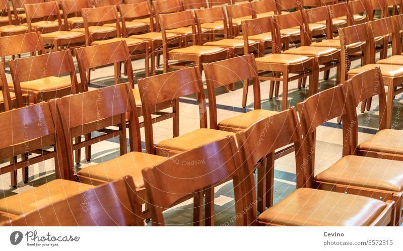 Leere Stühle Stuhl Stuhlreihe Stuhlreihen unbequem Holzstuhl Holzstühle Sitzfleisch Kirche Kirchenstühle Reihe Reih und Glied braun braune Stühle