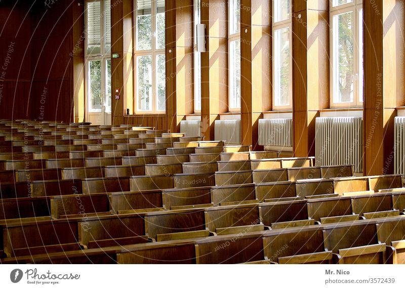 Hörsaal Universität Studium Bildung lernen Schule Student Prüfung & Examen Saal Raum Klassenraum Fenster Heizung Heizkörper Berufsausbildung Karriere Erfolg