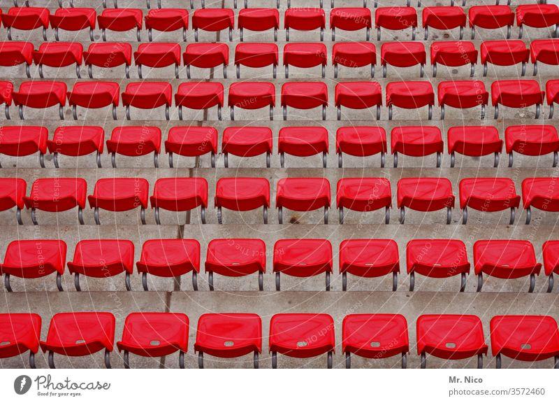 Symmetrie | in rot Stadion Strukturen & Formen Muster abstrakt nebeneinander hintereinander Perspektive Ordnungsliebe gleich viele Kunststoff Sitzreihe Reihe