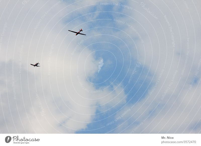 Abschleppen Flugzeug Luftverkehr fliegen Motorflug Segelfliegen Segelflugzeug abschleppen Himmel Wolken Flugschau Froschperspektive Fluggerät Hängegleiter