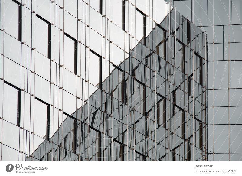 Glasfassade die sich selbst reflektiert Silhouette Kontrast Schatten abstrakt Begrenzung Geometrie Ecke Sachlichkeit passend Zukunft Qualität trist modern
