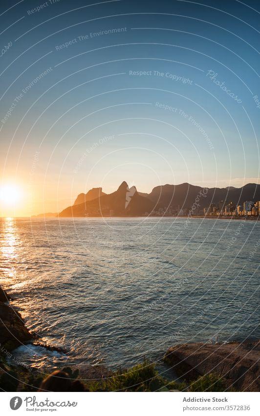 Schöne Aussicht auf das Niteroi-Museum und einen Strand in Brasilien brasilien Horizont über dem Wasser im Freien Menschen Rio do Janeiro Sommer Tourismus