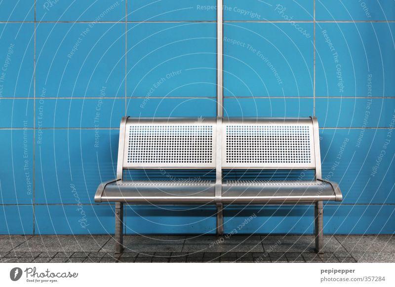total blau | bank Stadt ruhig Wand Mauer Stein Linie Fassade dreckig stehen warten Bank Stahl U-Bahn Bahnhof Straßenbahn
