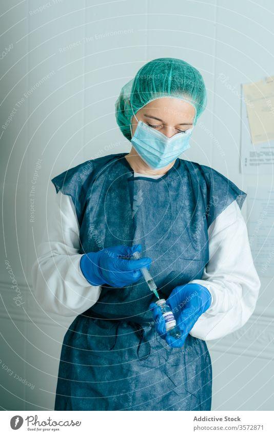 Krankenschwester füllt Spritze mit Impfstoffflüssigkeit Coronavirus COVID19 Krankenpfleger besetzen Ampulle Medizin Einspritzung verhindern Leckerbissen Frau