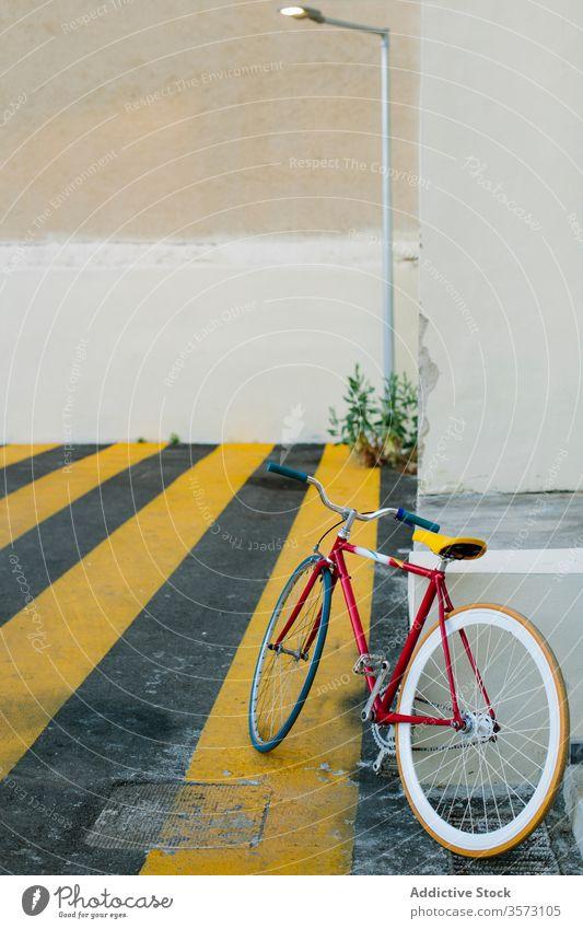 Radfahren auf der Straße Fahrrad Fixie Zyklus urban feststehend Sport Transport Ausrüstung Lifestyle Wand Hipster Mitfahrgelegenheit Pedal anketten Aktion