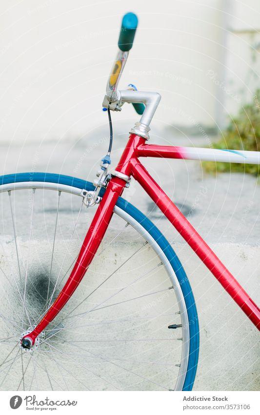 Restauriertes Retro-Fahrrad Fixie Zyklus urban Rad feststehend Sport Transport Ausrüstung Lifestyle Wand Straße Hipster Mitfahrgelegenheit Pedal Radfahren