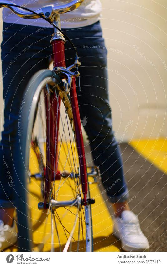 Unbekannter Mann auf einem Fahrrad Fixie Zyklus urban Rad feststehend Sport Transport Ausrüstung Lifestyle Wand Straße Hipster Mitfahrgelegenheit Pedal